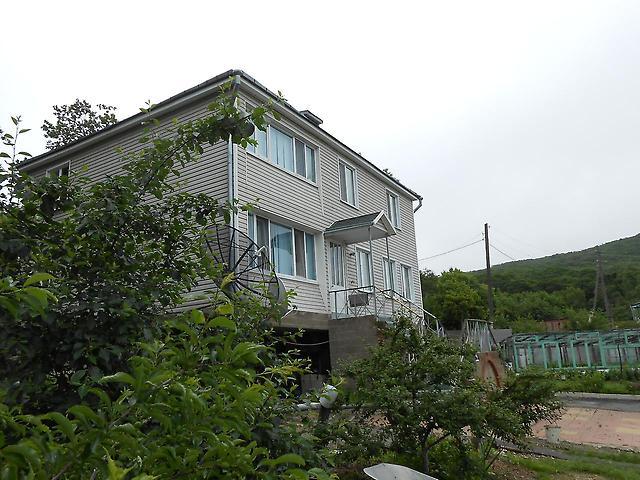 2-х квартирном 2-этажном коттедже с землёй, в ханкайском районе приморского края (дальний восток), недалеко от